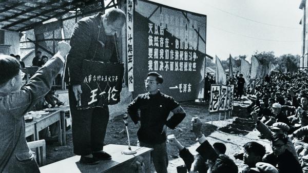 홍위병에 의한 인민재판 모습. 문화혁명은 중국인들에게 암흑의 시대였다