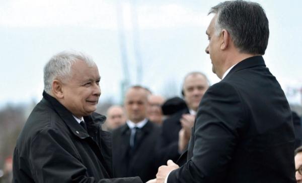 야로슬라브 카진스키 폴란드 집권 법과정의당(PiS) 대표(왼쪽)가 지난 2018년 4월 6일 스몰렌스크 참사 추모시설의 준공식이 열린 헝가리 수도 부다페스트의 행사장에서 빅토르 오르반 헝가리 총리와 악수하고 있다. 두 사람은 동유럽 민주주의의 손꼽히는 사례로 두 나라를 형식적 민주 절차를 통해 권위주의 과거로 회귀시켰다는 비판을 받고 있다.